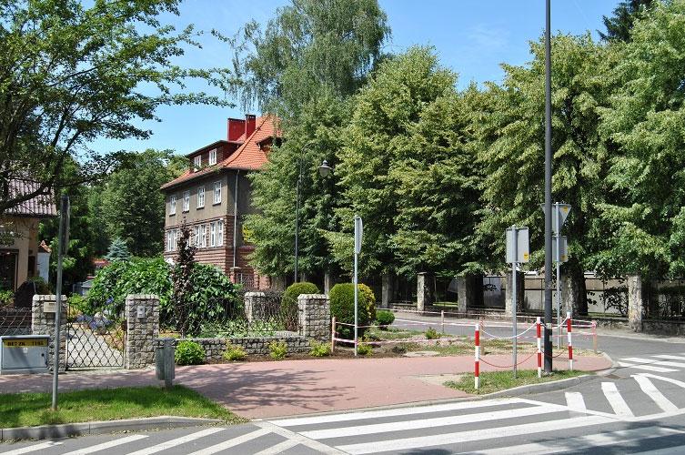zdjęcie przedstawia nieruchomość wykorzystywaną na potrzeby Wydziału Geodezji, Kartografii i Katastru Starostwa Powiatowego w Prudniku