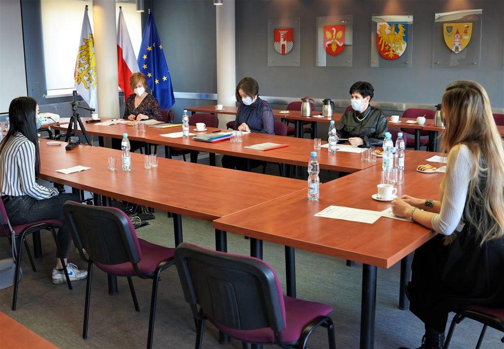 Zdjęcie przedstawiające obrady komisji konkursowej