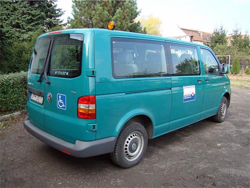 Zdjęcie przedstawiające zielony bus
