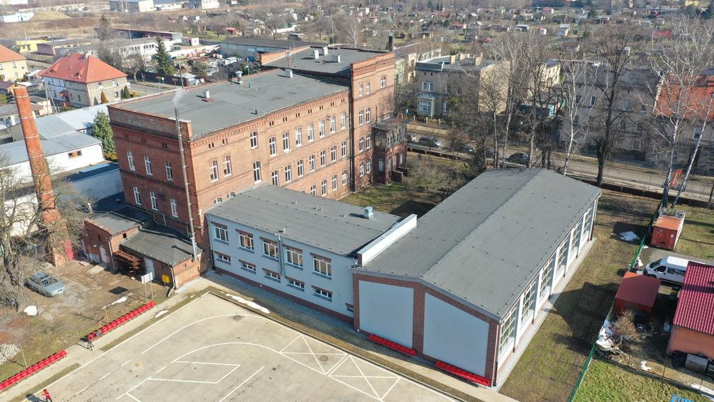 Zdjęcie przedstawia budynek Centrum Kształcenia Zawodowego i Ustawicznego w Prudniku od strony podwórka