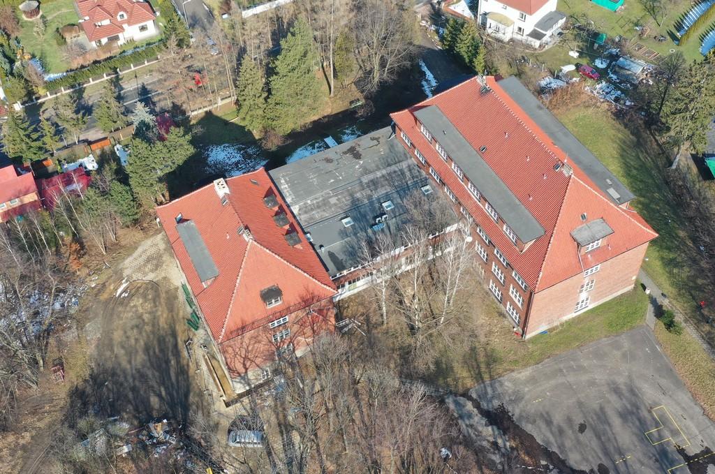 Zdjęcie przedstawia budynek Drugiego Liceum Ogólnokształcącego w Prudniku z drona.