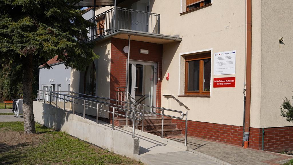 Główne wejście do placówki opiekuńczo–wychowawczej w Mochowie