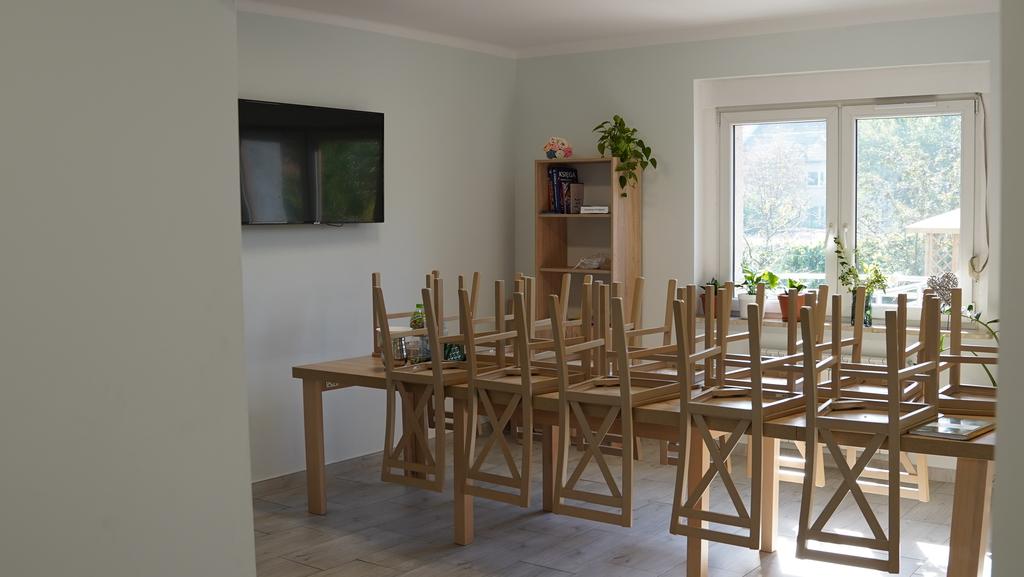 Jadalnia z telewizorem, stołem oraz krzesłami